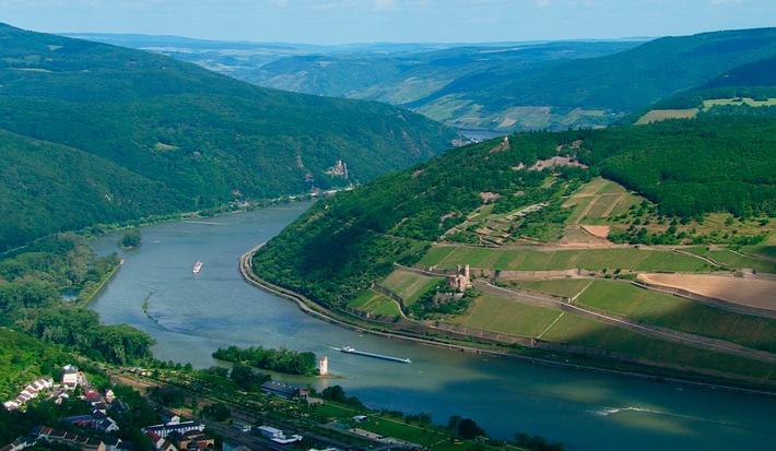 """Der Rhein aus der Vogelperspektive  Ben Becker spricht den """"Vater Rhein"""" in der 90-minütigen Dokumentation """"Rheingold - Gesichter eines Flusses"""""""