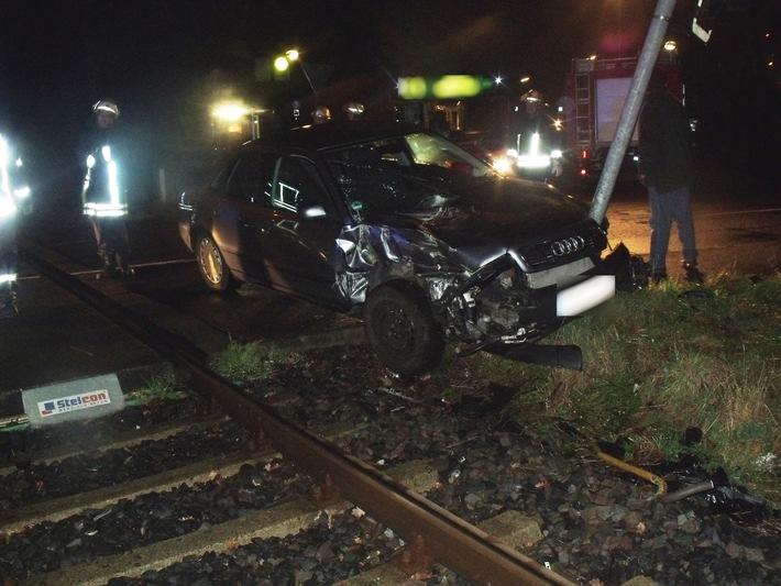 FW-AR: Zusammensto� von PKW und Bahn in Arnsberg-Niedereimer endet glimpflich