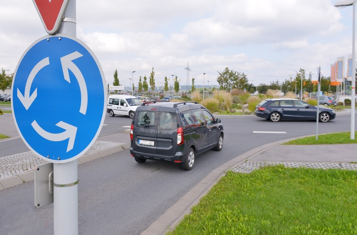 Tipps für den Alltag: Fahrverhalten dem Kreisel anpassen / Geschwindigkeit im Kreisel muss zum Kurvenradius passen - 50 Stundenkilometer können zu schnell sein