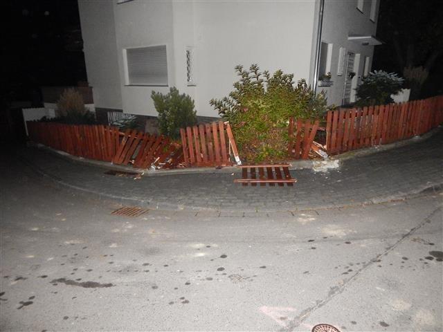 beschädigter Grundstückszaun