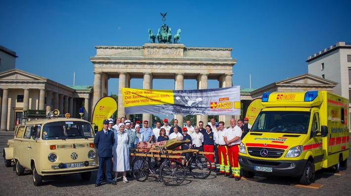 125 Jahre Arbeiter-Samariter-Bund auf einem Bild / Fotoaktion zum Jubiläum vor dem Brandenburger Tor