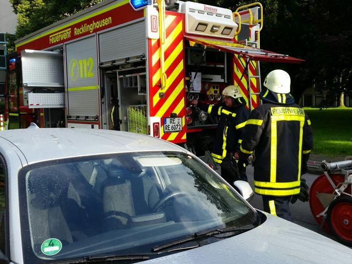 FW-RE: Brennender PKW in Garage eines Wohnhauses