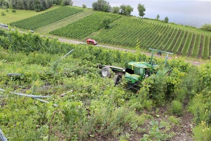 Das Foto zeigt den verunfallten Traktor im Weinberg.