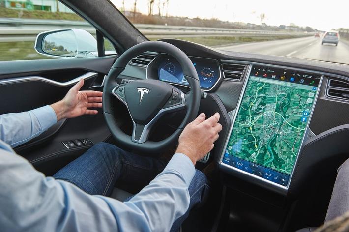 """Ein Assistent ist kein Pilot / ADAC überprüft """"Autopiloten"""" des Tesla Model S / Autofahrer muss während der gesamten Fahrt in der Verantwortung bleiben"""