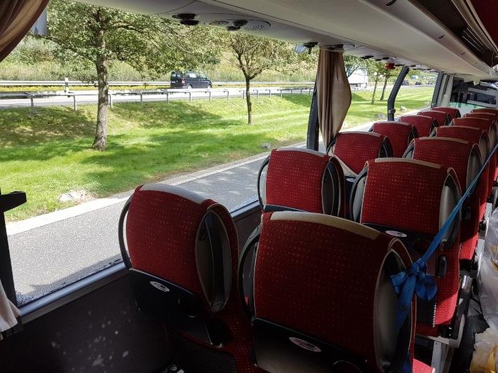 POL-KS: Kassel - Autobahn 44: Nach Omnibusunfall: Unfallwrack auf Autobahn unterwegs