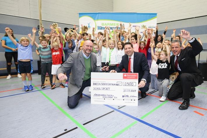 in Santander spendet 2 500 Euro für den Schulsport