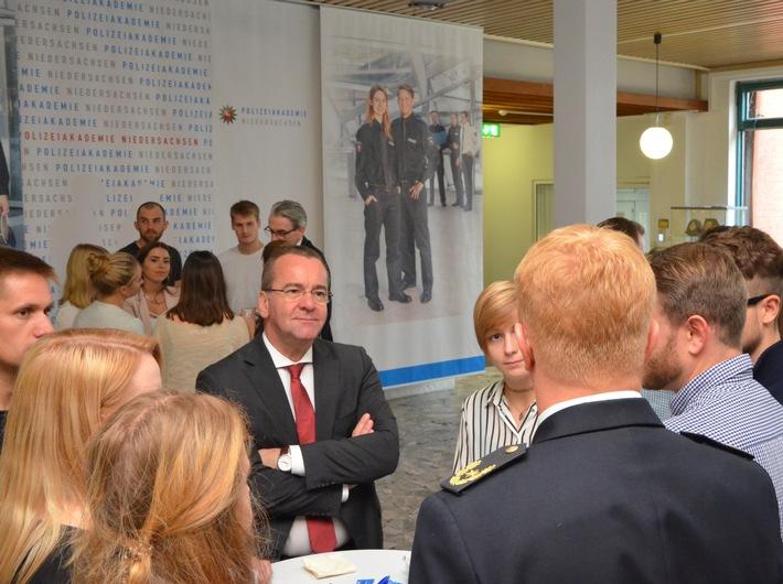 Minister Boris Pistorius im Gespräch mit Studierenden der Polizeiakademie Niedersachsen