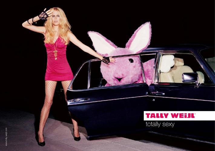 """""""Ertappt!"""" - Paparazzi lauern Model Spencer und ihrem Gefährten in der neuen Tally Weijl Anzeigenkampagne auf."""