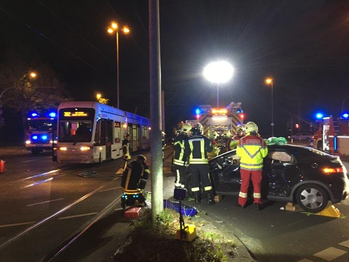 FW-GE: Verkehrsunfall mit einer Straßenbahn fordert drei verletzte Personen