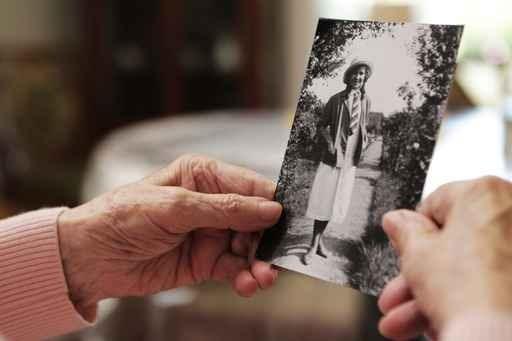 Welt-Alzheimertag 2015: Rechtzeitig vorsorgen, um in Würde altern zu können / 40.000 Neuerkrankungen pro Jahr bestätigen Bedeutung von Pflegevorsorge / Pflegereform streut den Menschen Sand in die Augen