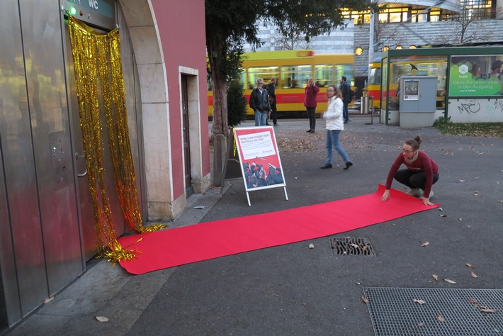 Welttoilettentag: Helvetas rollt für Pinkler den roten Teppich aus