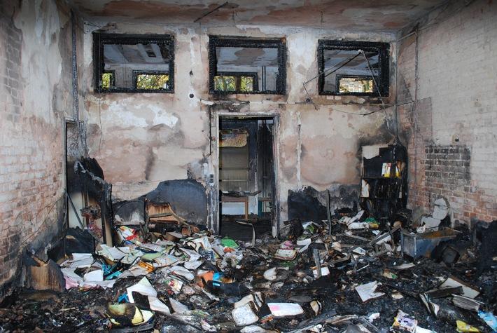 POL-HI: Feuer in Grundschule ohne Personenschaden - Polizei ermittelt wegen Einbruchdiebstahl und  vorsätzlicher Brandstiftung - geschätzter Sachschaden 150.000 bis 200.000 Euro
