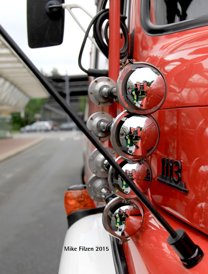 FW-E: Lieferwagen und Pkw brennen in voller Ausdehnung, Totalschäden an beiden Fahrzeugen