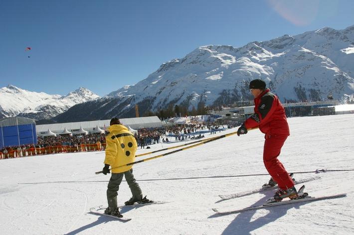 """Embargo 1600: Il presidente della Confederazione Pascal Couchepin conferisce la """"Canne blanche"""" alla scuola di sci per ciechi di St. Moritz"""
