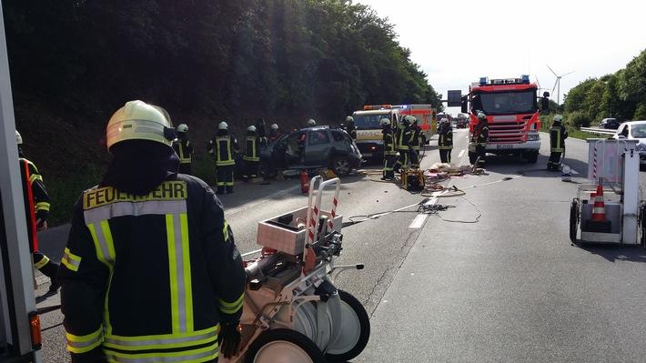 FW-NE: Zwei Verletzte bei einem Verkehrsunfall auf der BAB 52