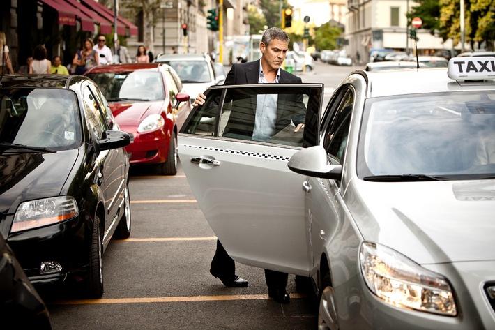 NESPRESSO: Der Preis, einer teuflischen Taxifahrt zu entkommen / Clooney und Malkovich spielen wieder die Hauptrollen im neuesten  Nespresso TV-Werbespot