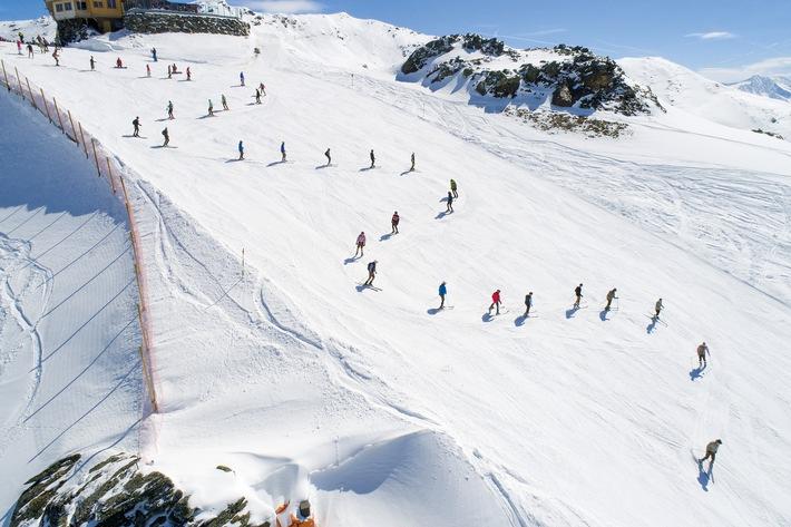 Die längste Ski-Trachtenschlange der Welt in der Zillertal Arena