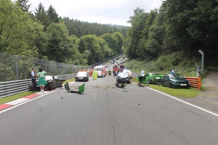 """POL-PDMY: Pressebericht der Polizeiinspektion Adenau zur Veranstaltung """"Oldtimer Grand Prix am Nürburgring"""" u.a. Schwerer Verkehrsunfall unter Beteiligung von 11 Fahrzeugen auf der Nordschleife"""