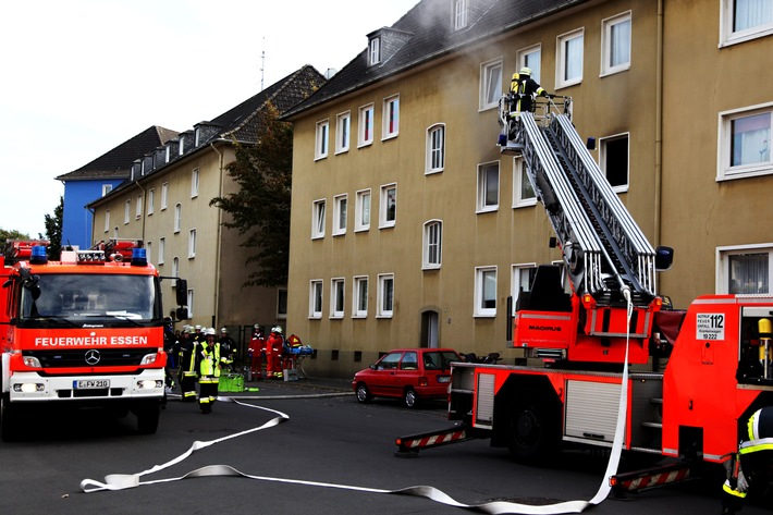 FW-E: Zimmerbrand in Mehrfamilienhaus in Bergeborbeck, zunächst galten zwei Kinder als vermisst