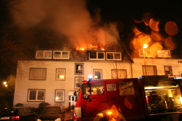 FW-E: Dachstuhlbrand in Mehrfamilienhaus, drei Personen verletzt