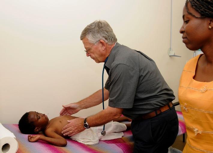 Schweizer Arzt Ruedi Lüthy eröffnet neue Aids-Klinik in Simbabwe