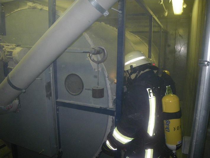 POL-DN: Schwelbrand mit drei Verletzten