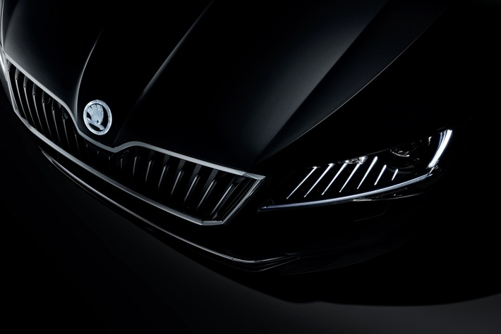 "SKODA Showcar ""Superb Black Crystal"" brilliert durch Sternenstaub"
