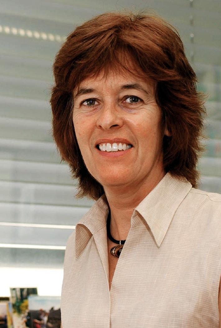 Embargo 1830: Nancy Hynes reçoit le Prix 2003 de la Ligue suisse contre le cancer