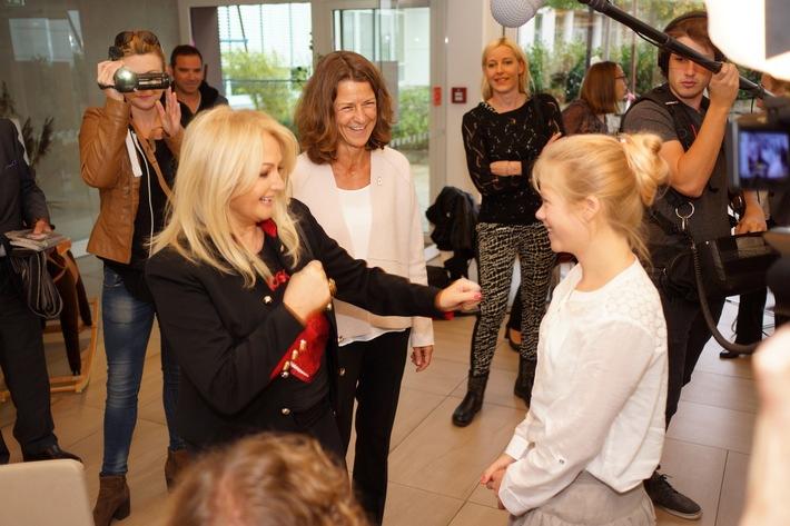 Bonnie Tyler besucht Ronald McDonald Haus München am Deutschen Herzzentrum
