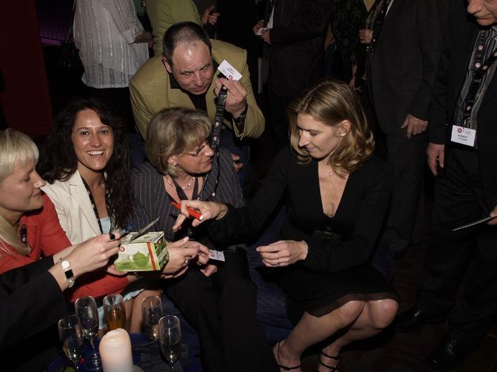 Über den Dächern New Yorks: Teekanne feiert mit Stefanie Graf und deutschen Gewinnern / Große Teeparty im Szene-Club 230 Fifth / Gewinner des Teekanne Jubiläumsgewinnspiels treffen exklusiv Stefanie Graf