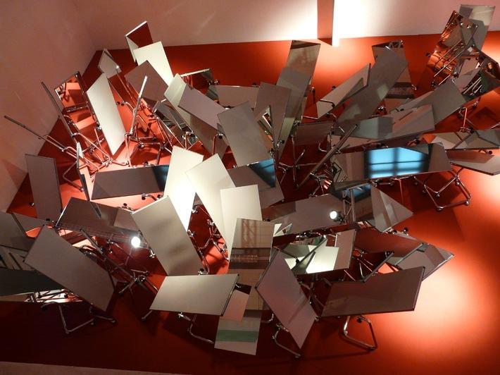 migros museum für gegenwartskunst à Zurich présente de 6 mars au  30 mai 2010:   While Bodies Get Mirrored - An Exhibition about Movement, Formalism and Space