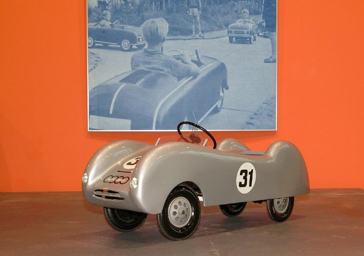 """museum mobile im Audi Forum Ingolstadt: Neue Wechselausstellung / """"Bewegte Kindheit"""" - Tretautomobile aus den vergangenen 100 Jahren"""