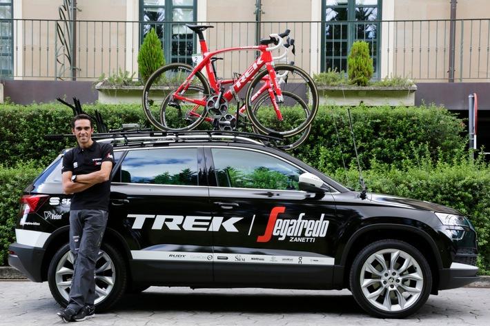 """Der neue SKODA KAROQ begleitet Alberto Contador beim heutigen Einzelzeitfahren der Spanienrundfahrt 'Vuelta': Das neue Kompakt-SUV von SKODA dient als Servicefahrzeug des Teams von Contador und hat wichtige Ersatzteile für sein Rennrad an Bord. Weiterer Text über ots und www.presseportal.de/nr/28249 / Die Verwendung dieses Bildes ist für redaktionelle Zwecke honorarfrei. Veröffentlichung bitte unter Quellenangabe: """"obs/Skoda Auto Deutschland GmbH"""""""
