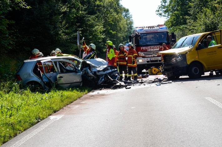 KFV-CW: Frontalkollision zweier Fahrzeuge auf der Neubulacher Steige L348. Beide Fahrerinnen schwer verletzt.