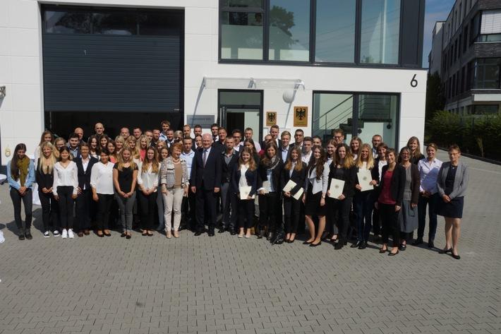 Willkommener Nachwuchs beim Zoll / Uwe Schröder, Präsident der Generalzolldirektion, begrüßt am 1. August die 1.200 Nachwuchskräfte des Zolls
