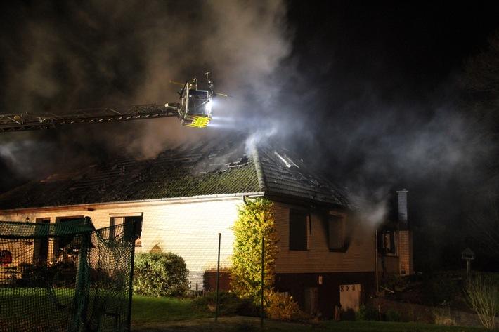FW-PLÖ: Feuer zerstört ein Einfamilienhaus in Nettelau, Kreis Plön.