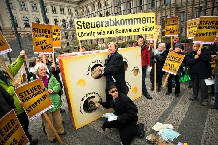 """Steuerabkommen: SPD-Länder legen sich auf Nein fest / Bündnis begrüßt klare Festlegung / Protest vor dem Bundesrat mit großem Käsestück / """"Abkommen ist löchrig wie ein Schweizer Käse"""""""