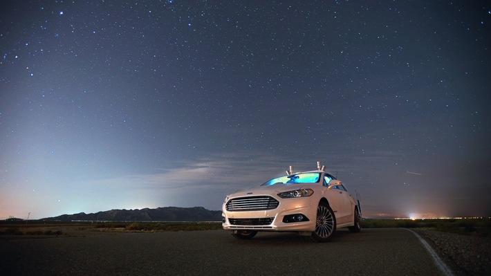 Autonomes Ford Fusion-Forschungsfahrzeug verwendet / LiDAR-Sensor-Technologie bei Dunkelheit