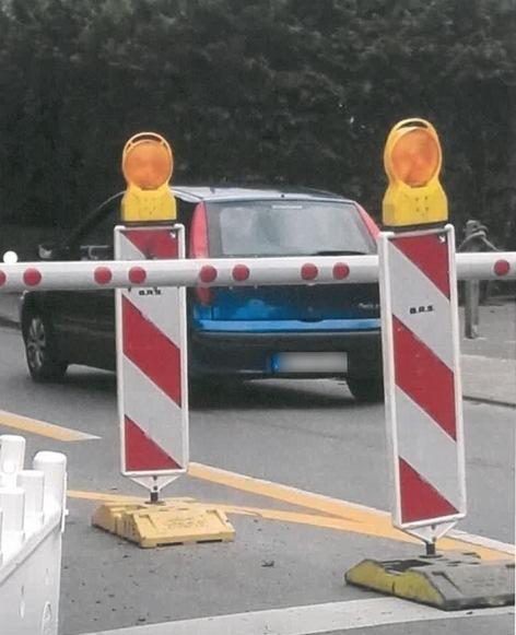 Fiat Panda mißachtet geschlossenen Bahnschranken. Bundespolizei ermittelt Halter.