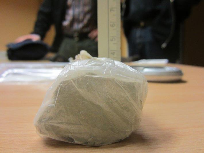 aufgefundener Heroin-Stein beim 32-Jährigen ++ Uelzen/Unterlüß - Drogendealer aus der Region festgenommen - Haftbefehl erlassen