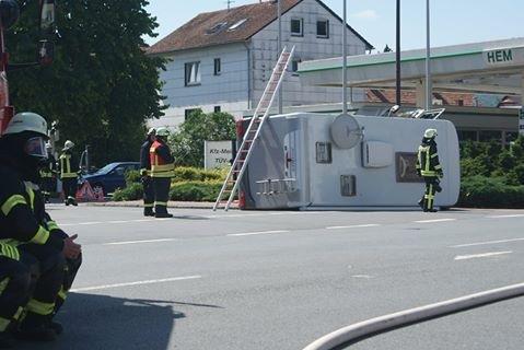 POL-HM: Wohnmobil kippt auf die Seite - Feuerwehr im Einsatz