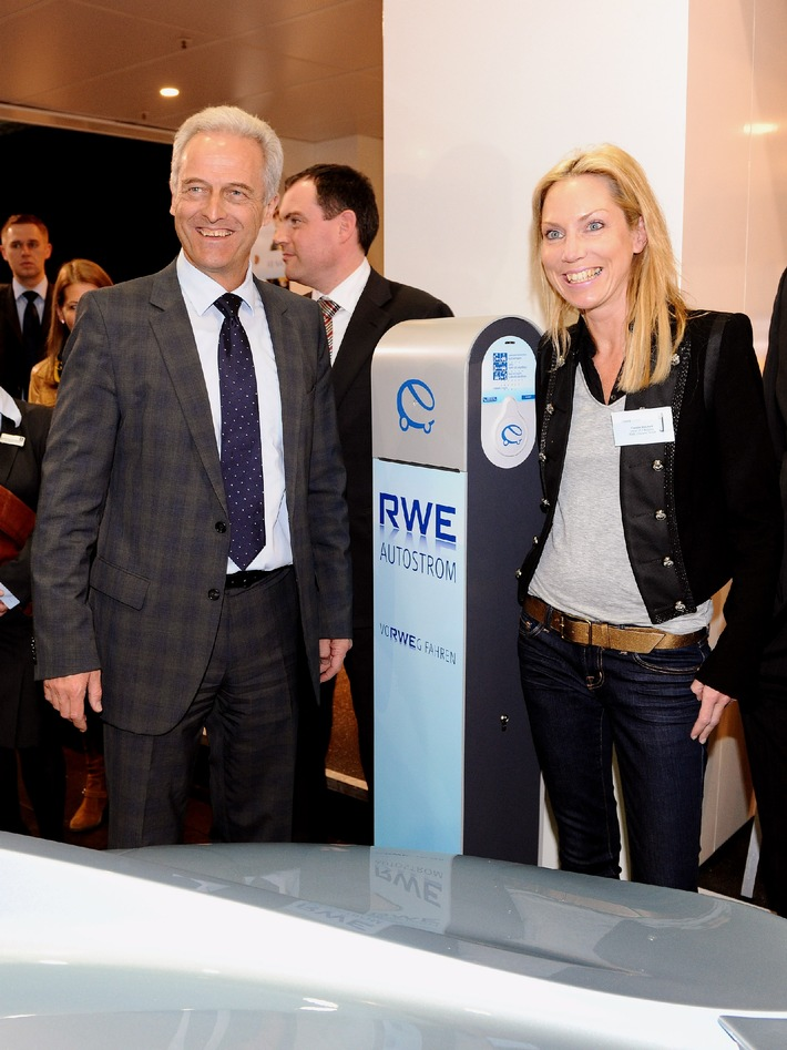 Auto Mobil International in Leipzig (mit Bild) / Bundesverkehrsminister Ramsauer besucht RWE Messestand