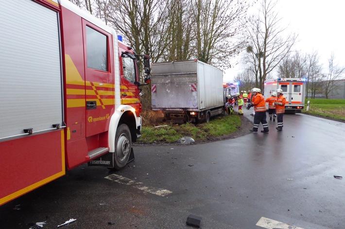 POL-HM: Kollision zwischen zwei Lkw - Feuerwehr befreit eingeklemmten Fahrer
