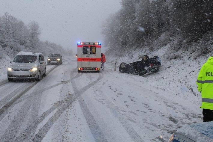 POL-PPTR: Fahrzeug überschlägt sich auf Grund schneeglatter Fahrbahn