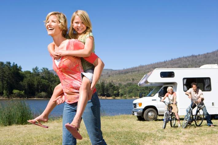 Caravaning: Abgesichert auf Tour und Campingplatz / Camping wird beliebter, Wohnmobile luxuriöser / Doch wer haftet bei Diebstahl oder Schäden? Die DVAG rät, Reisemobile gut zu versichern