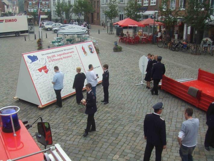 FW-LFVSH: Riesen-Glückwunschkarte weiter auf dem Weg durch Schleswig-Holstein