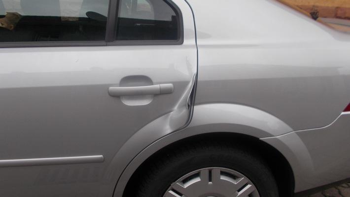 POL-PDLD: Mutter durch vorbeifahrendes Auto knapp verfehlt