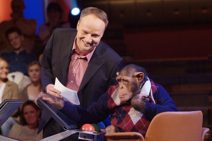 Affenstarkes Duo: Oliver Welke und Schimpanse Czimp testen Spaß-IQ von Prominenten