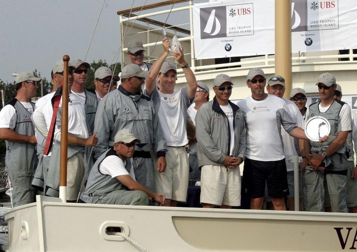 BMW ORACLE Racing gewinnt UBS Trophy - Hunderte Segel-Begeisterte verfolgten an Newports historischen Fort Adams und an der Küste die Rennen
