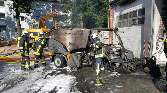 FW Lage: Brand einer Kehrmaschine in der Fahrzeughalle des Bauhofes